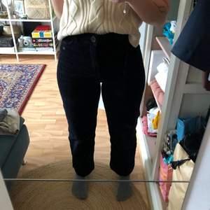 Svarta manchester byxor från Monki. Strl 34, men de är stora i strl så passar 36 bättre.