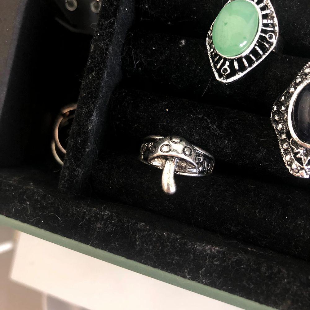 Trendig silvrig ring som ser ut som en flugsvamp. Diameter 1,8 cm. Frakt 12 kr. . Accessoarer.