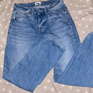 Ett par blåa mom jeans använd en gång💞köparen står för frakten🦋