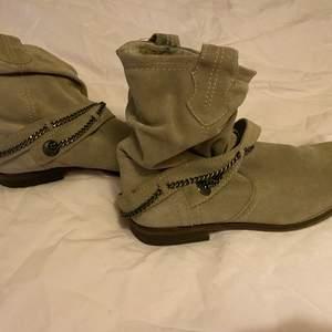 säljer dessa fina beiga/bruna märkes skor med en liten klack och lite spetsigare vid tårna som tyvär inte passar mig, storlek 38. Köparen står för frakten💕