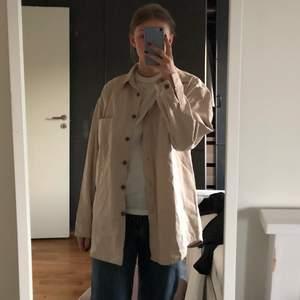 En beige lite tunnare jeansjacka/skjorta. Najs över en klänning eller annat nu till sommaren!🧡 från Nelly i strl 36 men ganska oversized i passformen skulle jag säga. Prislappen sitter kvar! Kan frakta också! (köparen står isåfall för frakten)