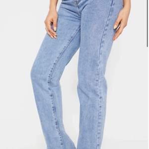 (2 av bilderna är lånade från hemsidan). Split hem jeans från pretty little thing i strl uk 8. Passar 34/36. Jag har klippt de lite då de va väldigt långa och jag är 165 passar nog någon som är lite längre också eller kortare om man vill klippa mer eller ha de långa! Endast använda en gång!