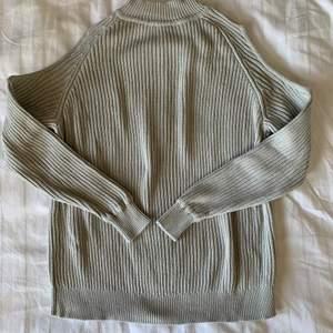 Säljer denna fina gråa tröjan!🤍 Tröjan har en snygg design med cut-outs på sidorna, high-neck och snygga detaljer i sömmarna. Storlek S. Köparen står för frakt.