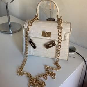 Säljer en super fin o praktisk väska i vit o guld färg från Gina tricot. Jätte fin mönstring, har aldrig använt. Säljs för 350