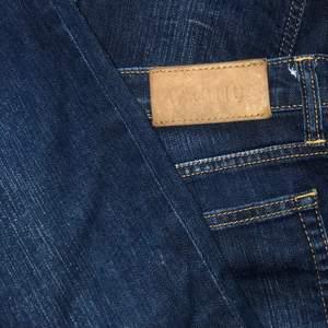 Ett par dark wash acne jeans som inte kommit till mycket användning tyvärr då det är lite stora på mig runt midjan. Bra skick och super trendiga!🤩 Straight leg och low waisted märkes jeans. Jag är 170cm🥰