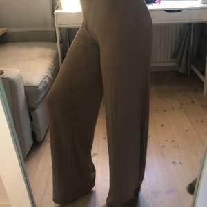 Säljer dessa brun/beige byxorna från boohoo, aldrig använda med prislapp och allt! Frakt: 62kr