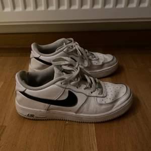 Säljer dessa Nike Air force i storlek 38,5 då de inte kommer till användning! Säljer dem för 220kr!