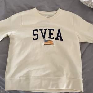 På mej lite oversized som är en XS! Superfin oanvänd Svea sweatshirt!💞 Ny pris : 699kr
