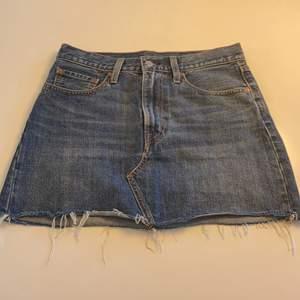 Jeans kjol from Levi's med frans kant i fint skick.