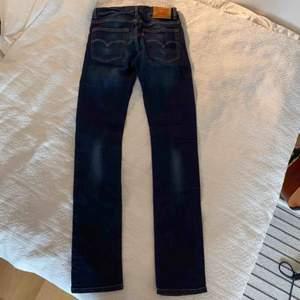 Levis jeans som knappt är använda! Köpt på barnavdelning (16 yrs old) men passar XS. Bud från 70 inkl frakt💕