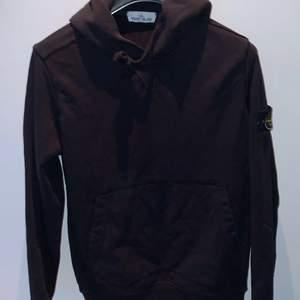 Säljer nu min svarta Stone island hoodie i storlek M. Skick: 9/10, endast använd ett fåtal gånger. Pris: 1000                                                                       Köparen står för frakten, hör gärna av dig vid intresse.