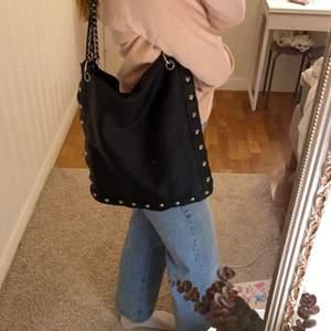 En rymlig trendig handväska med coola detaljer! 65kr+frakt