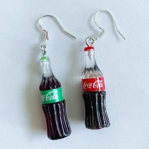 Coca Cola flaskor Örhängen i nyskick, oanvända, S925 krokar 🥤 65kr/par eller 120kr för 2 pair, inklusive frakt 🦄🌈