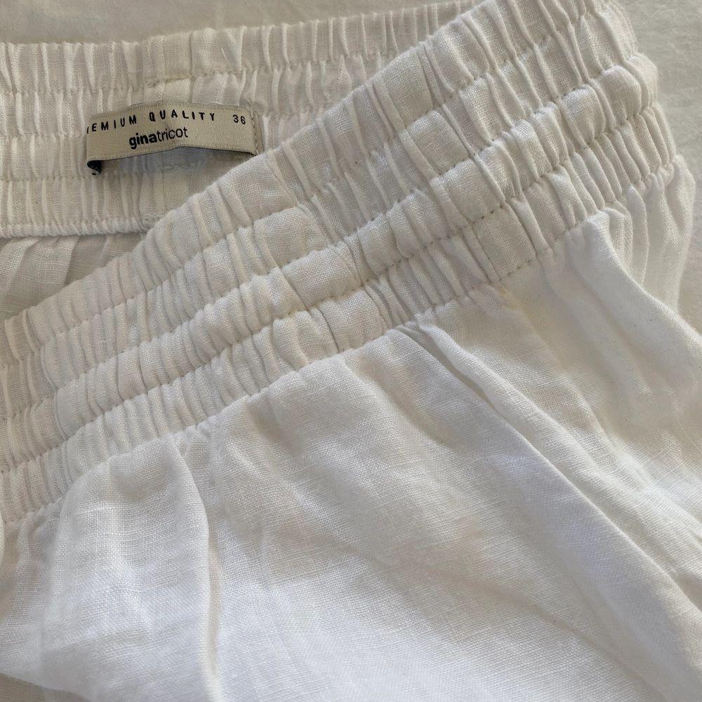 (Lägger ut igen pga oseriös köpare) Inteessekoll!! Säljer dessa vita raka linnebyxor från ginatricot, hur fina som helst men jag tycker dom är lite för korta för mig. Aldrig använda💕💕 är omkring 170 lång!!. Jeans & Byxor.