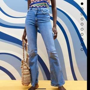 Utsvängda jeans från zara. Bra skick och knappt använd. Säljer då dom inte kommer till användning längre.