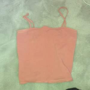 Ett rosa linne från H&M i stl XS använd några få gånger.       50kr ( då räknas frakten med )