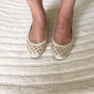 Söta guldballerinor med nitar från Red Valentino. Skorna är i skinn och även sulorna är i skinn. Säljer dem då de är lite för små för mig.