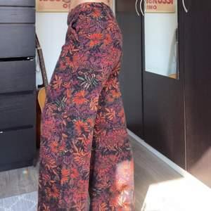 Sköna vida kostymbyxor från monki med dragkedja på sidan och fickor. Stl. 38