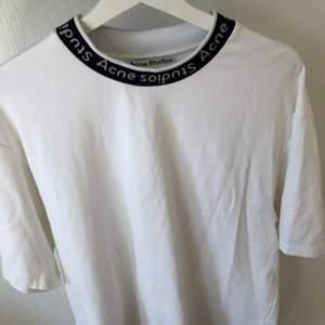 Säljer min t-shirt från acne. Storlek m. Endast använd fåtal gånger. Nyskick