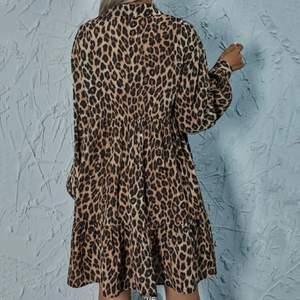 Leopard mönstrad klänning från SHEIN. Oanvänd, endast provad. Säljer då den var fel storlek för mig. Loose fit så passar många! Inköpspriset var 199kr