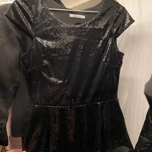 Snygg svart festtopp med paljetter och öppen rygg i storlek S. Köpt på Gina Tricot. Använd några gånger, den är i superfint skick.