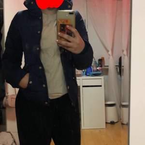 """Vero Moda jacka, bra skick. Luvan har en """"ficka"""" man kan rulla in den i (se på sista bild) Lite för liten för mig men jätte fin mörk blå färg. Lite skrapade knappar därför diskuteras pris💕"""