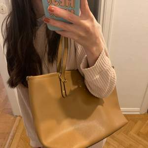 Coach classic nude tote, bought in the US three years ago. Flawless condition, clean interior, no apparent scratches or damage on handles/front and bottom. A beautiful beige neutral color, perfect for fall and it fits A LOT (including a standard laptop).