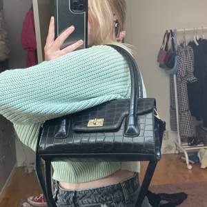 Säljer denna shoulderbag från Nakd som är helt oanvänd! Nyskick. Det långa bandet är avtagbart!💕💕