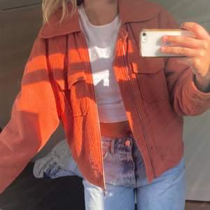 Skit fin jacka från Carin Wester köpt för något år sedan och använd fåtal gånger🤩 med dragkedja och fyra fickor, strl S och väldigt oversized så passar de flesta😇 säljer för 350kr + frakt🥰