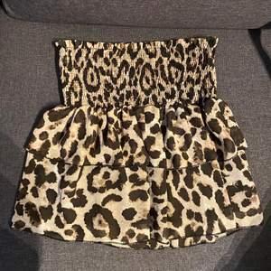 Säljer denna super fina leopard kjol från Loavie PS se bild 2 den har låstnat lite i resoren men absolut inget man ser!