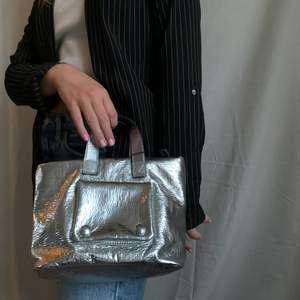 Silvriga handväska från Zara. Rymlig och så cool, har tyvärr en liknade och har drf aldrig kommit till användning. Prislapp kvar!