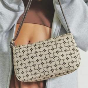 säljer denna gulliga väska från urban outfitters! den andra bilden visar väskans riktiga färg då första bilden har ett filter (från deras hemsida) söljer för 150kr+frakt