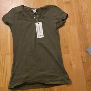 Militär grön t-shirt i storlek xs från new yorker. Aldrig använd då etiketten är kvar. Säljer för 20 kr plus frakt 45 kr