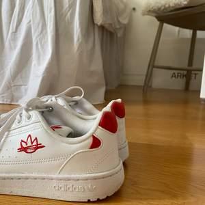 Adidas skor som är använda ett par ggr, lätt smutsiga men går lätt att tvätta bort. Strl 38. Säljer då de var för små!❣️ Modellen är primegreen