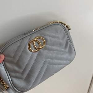 Grå handväska med okänt märke