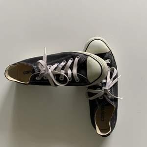 Säljer ett par äkta converseskor, skorna är i bra skick. Fast tecken på användning finns. Skriv privat för fler frågor!