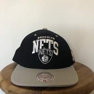 Fitted keps från basket laget Brooklyn Nets. Är gjord på en Mitchell&Ness keps och är OS. Är adjustable och passar dom flesta. Använt skici med inga defekter.