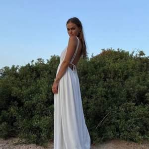 """Säljer den slutsålda """"Braided Detail Maxi Dress"""" från Hanna Schönbergs kollektion tillsammans med NA-KD. Klänningen är helt oanvänd och har fortfarande alla lappar på. Köparen står för frakten."""