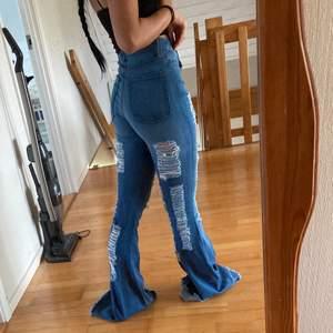 älskar fashinnovas jeans men domhär var för långa för att sy upp vilket är anledningen till varför jag säljer dom. dom är helt oanvända med prislappen kvar, ordinariepris på byxorna är 489kr och dom är köpta i storlek 0 vilket är deras minsta storlek som motsvarar xs. vill tillägga att jag är ca 155cm och har klackar på andra bilden