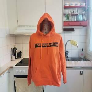 Cool alternativ hoodie som jag köpt under av mina turer till London, använd ca 2-3ggr och sedan gömts i garderoben. Hoodien är lysande orange med svart tryck och citat från kultklassikern Trainspotting från -96, ett läckert plagg i en alternativ garderob 🖤