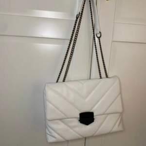 Säljer min vita väska som jag köpte för några månader sedan, hunnit använda den 2 gånger den är som ny. Köpte den för 200kr
