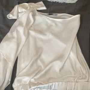 One shoulder vit tunn tröja i storlek 38z. Använd en gång, lite stor på mig. En liten fläck (syns inte när man har på sig den) därav det lägre priset!