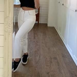 Krämvita jeans från Lindex i strl 34, hur fina som helst speciellt nu till våren och sommaren💜🌼 jag är 1,56        150kr+frakt