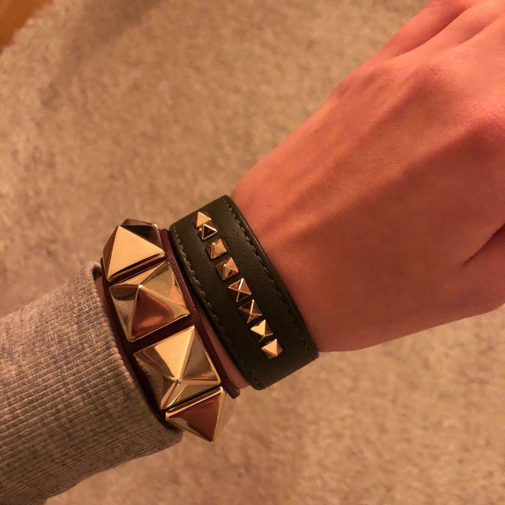 Armband i mörkgrönt från Edblad, liknar valentinoarmbanden lite!💗. Accessoarer.