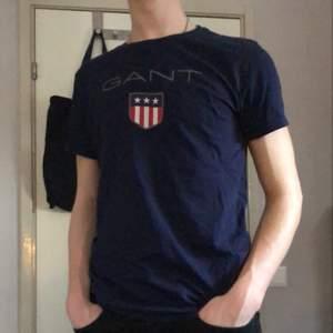 Marinblå tröja med större märke från Gant 🤩