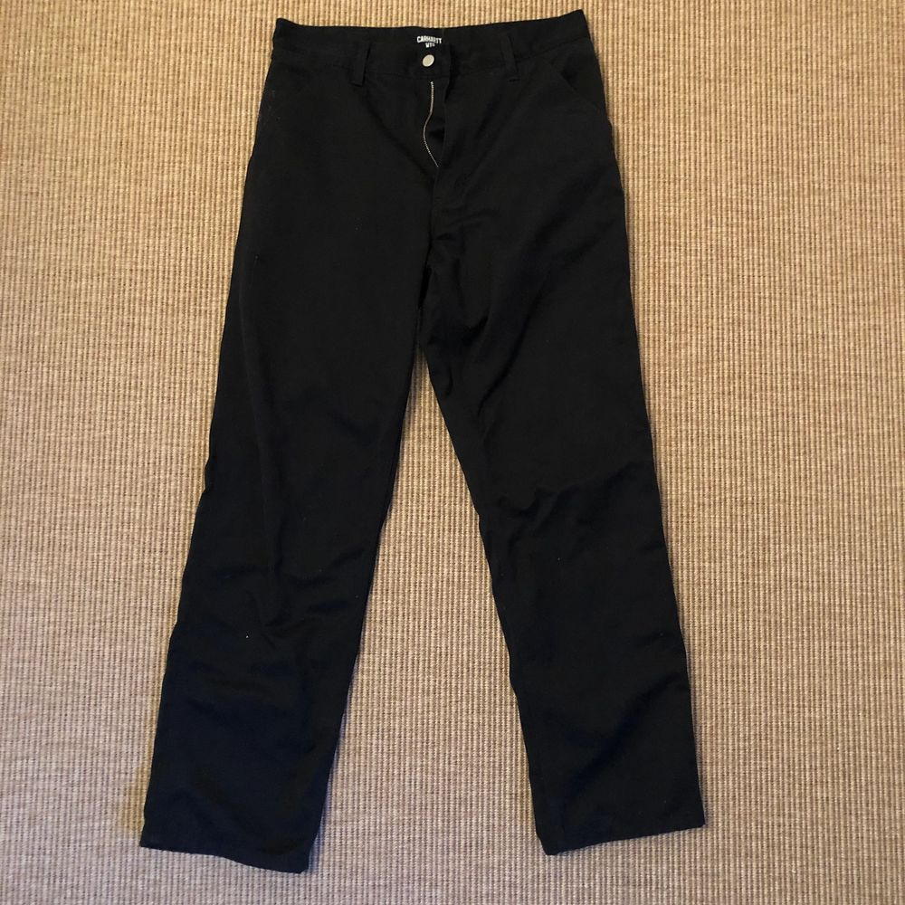 Svarta carhartt simple pant, rak byxa. Använda två gånger. Midja: 43cm, längd: 105cm. Kan mötas upp i centrala Sthlm. . Jeans & Byxor.