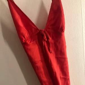 Säljer min jättefina röda nattlinne då jag aldrig använder den, strl 36