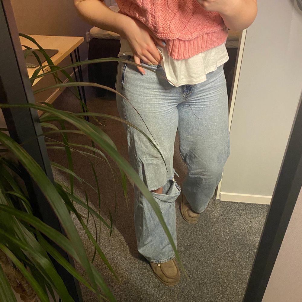 Ribcage Wideleg Jeans från Levi's med hål på ett av knäna. Superfina men kommer inte till användning längre💓 Säljer för 180 + frakt⭐️. Jeans & Byxor.