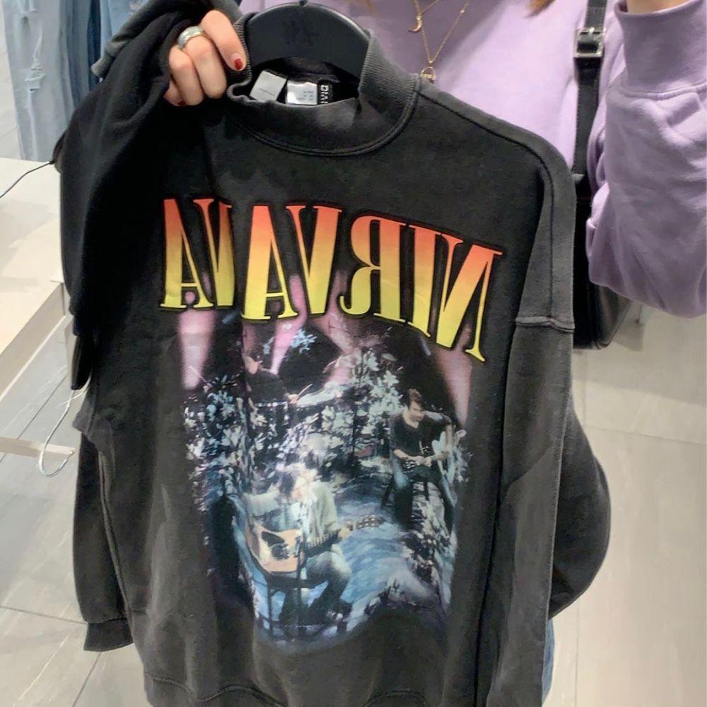 nirvana sweatshirt från h&m, köpt för 299kr. helt slutsåld på hemsidan!. Huvtröjor & Träningströjor.