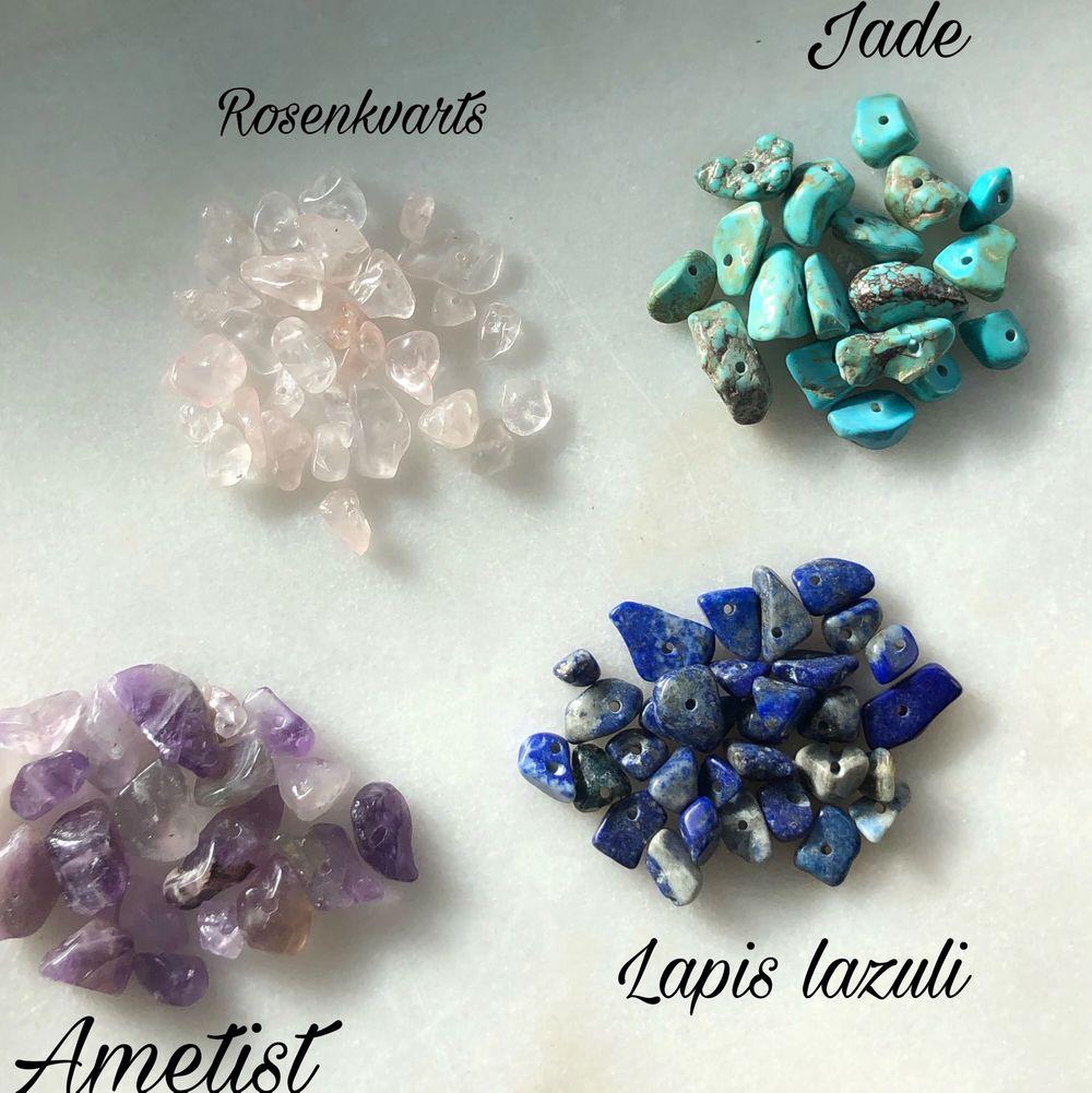 Egengjorda silver och guldfärgade örhängen med fina ädelstenar! Rosenkvarts, Jade, Ametist och Lapis lazuli är stenarna på bilden. Skriv privat om du vill veta stenarnas egenskaper🌟 Jag kan även göra örhängen ut efter hur du vill ha dem! 49kr/st eller två för 80kr. Accessoarer.